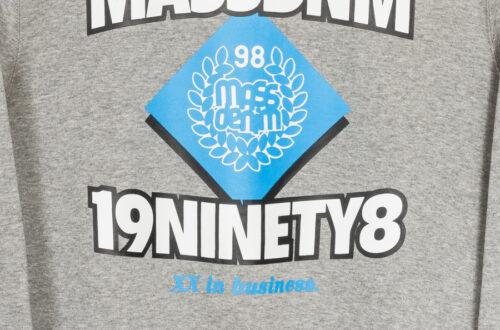 logo na bluzie mass